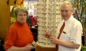 Felizitas und Heiner Unkel (v.l.n.r.) vom Brillenfachgeschäft modernoptic in Leer